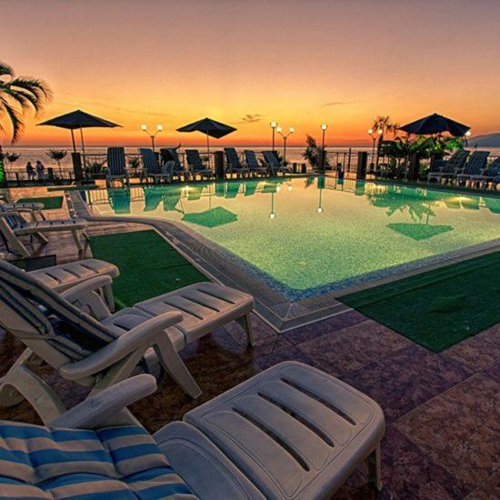 открытый бассейн отеля Алекс