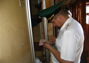 Проверка документов на границе в поезде