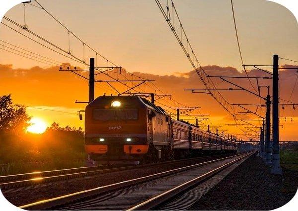 поезд на фоне заката