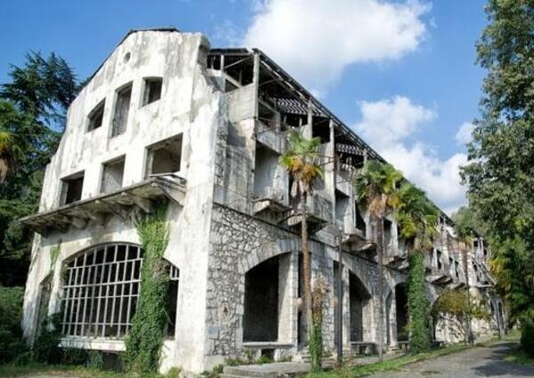 старый отель на территории крепости Абаата